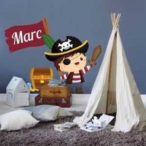 Simpatica il·lustració de pirata amb cofre del tresor i una bandera on es pot personalitzar el nom del nen, escriu-lo a l'apartat de descripció del producte i te'l farem arribar a casa totalment personalitzat!